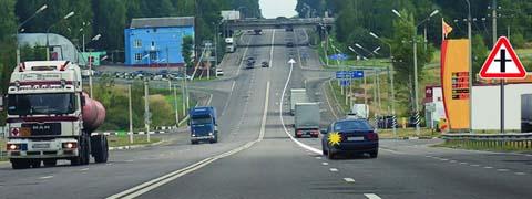 <p>Может ли водитель легкового автомобиля в населенном пункте выполнить опережение грузовых автомобилей по такой траектории?</p>