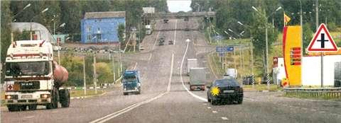 Можно ли водителю легкового автомобиля выполнить опережение грузовых автомобилей вне населенного пункта по такой траектории?