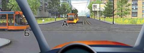 Вы намерены проехать перекресток в прямом направлении. Кому Вы должны уступить дорогу?